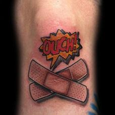腿部创可贴和英文纹身图案
