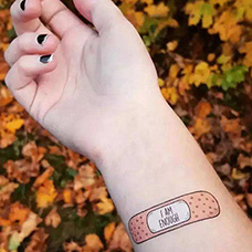 女生手腕创可贴纹身图片
