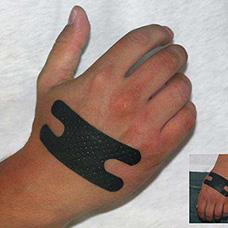 手背黑色创可贴遮盖纹身图片