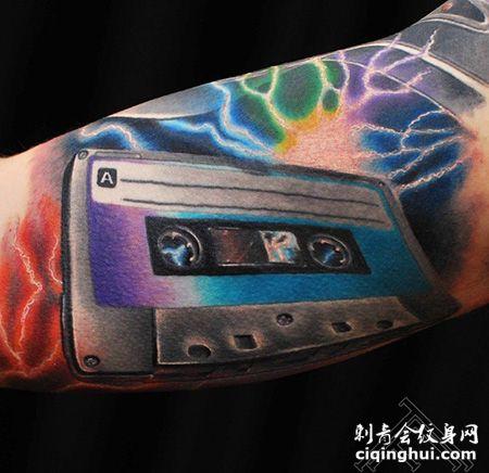 手臂经典的磁带纹身图案