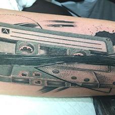 手臂写实的磁带纹身图案