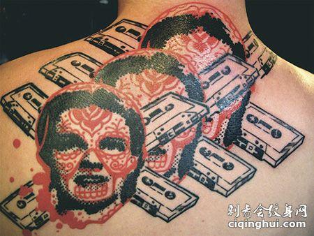 背部磁带和人头纹身图案