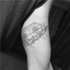 帅哥大臂线条磁带纹身图案
