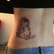 腰部拔刺的刺猬纹身图片