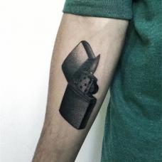 小臂内侧黑色打火机纹身