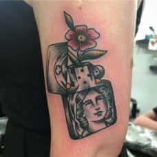 大臂上打火机冒出花朵纹身