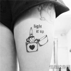 女生大腿桃心打火机纹身