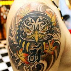大臂枫叶达摩蛋纹身图案