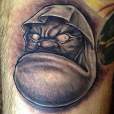 大腿上的达摩蛋纹身图案