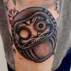 手臂可爱达摩蛋纹身图案