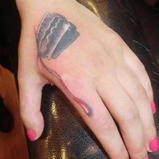 女生虎口刀片纹身图片