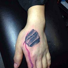 虎口滴血的刀片纹身图案