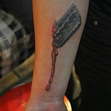 手臂个性的刀片纹身图案