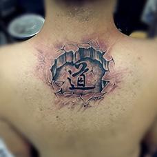 肩部石裂道字纹身图片