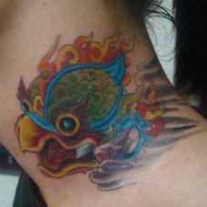 颈部金翅大鹏鸟纹身图案