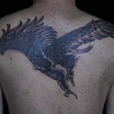 背部黑色大鹏鸟纹身图案