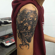 大臂个性大鹏鸟纹身图片