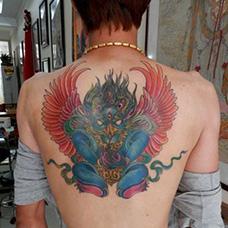 背部彩色大鹏鸟纹身图片