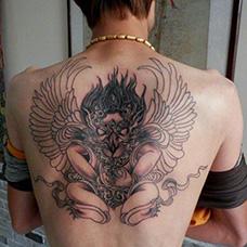 背部大鹏鸟纹身图片