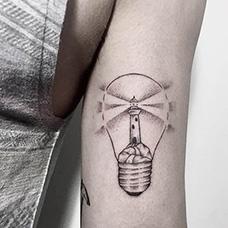 大臂灯塔电灯泡纹身图案