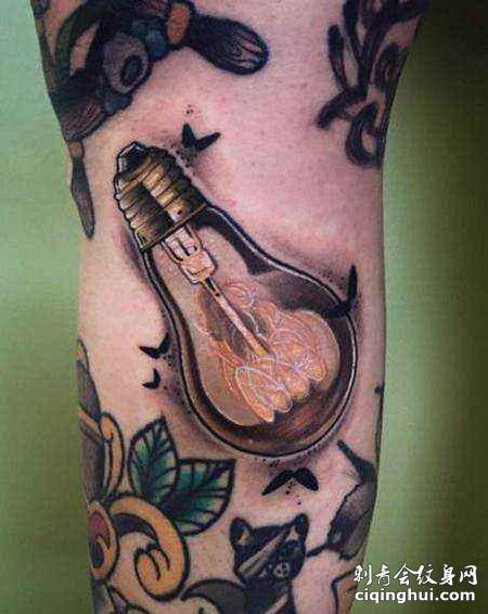 大臂个性的灯泡纹身图案