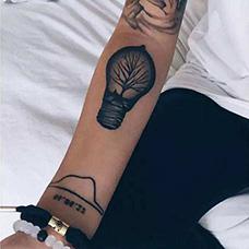 手臂枯树灯泡纹身图案