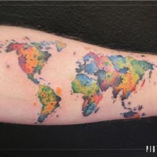 外国人手臂彩色世界地图纹身图片