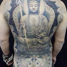 满背黑灰色地藏王纹身图片