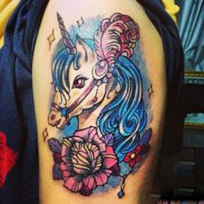 大臂可爱的独角兽纹身图案