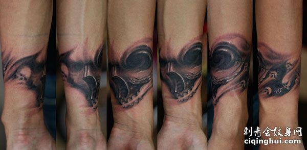 手臂上的写实黑白恶魔纹身图案