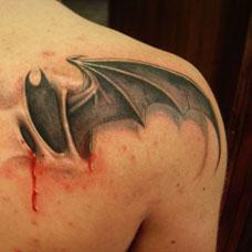 肩部帅气恶魔翅膀纹身图案