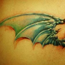 大臂恶魔翅膀纹身图案