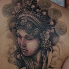 背部经典的花旦纹身图案