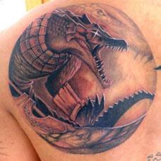 背部帅气鳄鱼纹身图案