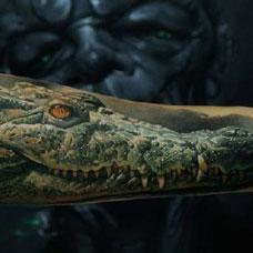 手臂上逼真的鳄鱼纹身图案