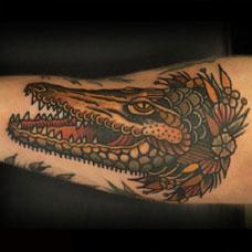 手臂彩绘鳄鱼纹身图案