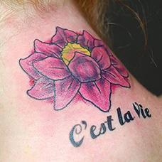 颈部法文纹身图案