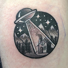 手臂圆形飞碟纹身图片