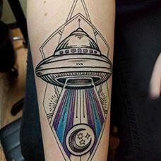 手臂飞碟纹身图案