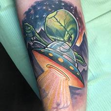 手臂个性的飞碟和外星人纹身图片
