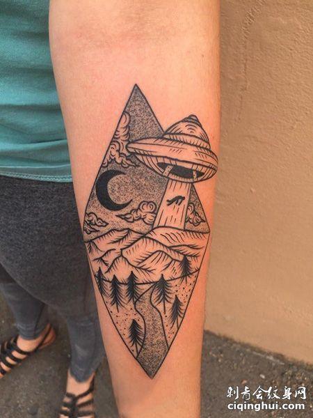 小臂飞碟和菱形纹身图案
