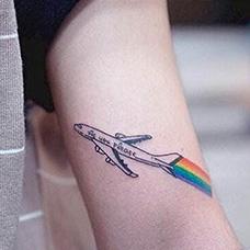 大臂飞机彩虹纹身图案