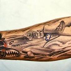 手臂鲨鱼飞机纹身图案