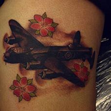 大腿飞机和樱花纹身图案