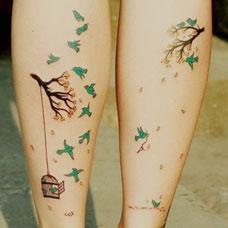 小腿彩色树枝飞鸟纹身图案