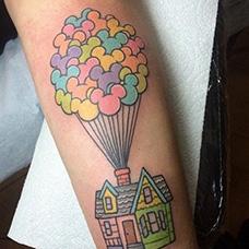 小臂彩色飞屋环游记纹身图片