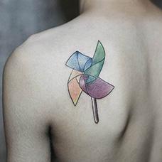 肩部彩色风车纹身图案