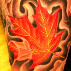 大臂红色枫叶纹身图案