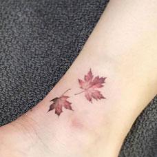 脚踝红色枫叶纹身图片