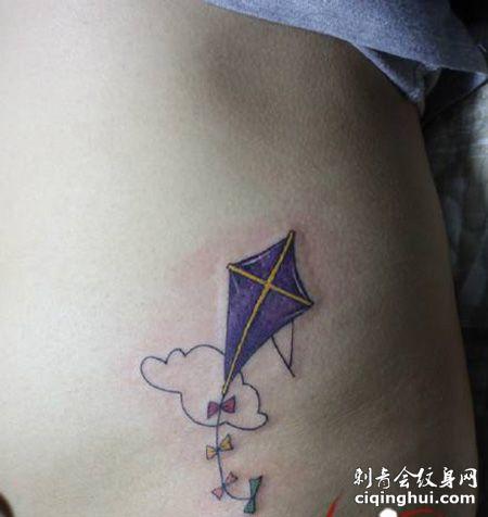 腹部紫色的风筝纹身图案